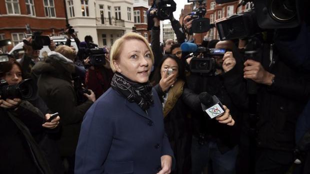 La fiscal sueca Ingrid Isgren llega a la Embajada de Ecuador en Londres para interrogar a Assange