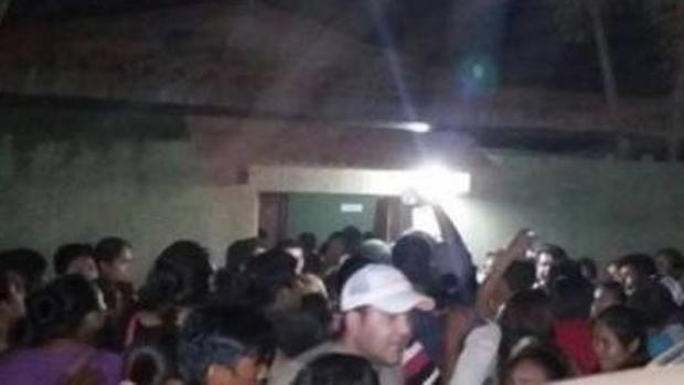 Un grupo de personas en el momento del linchamiento en Reyes