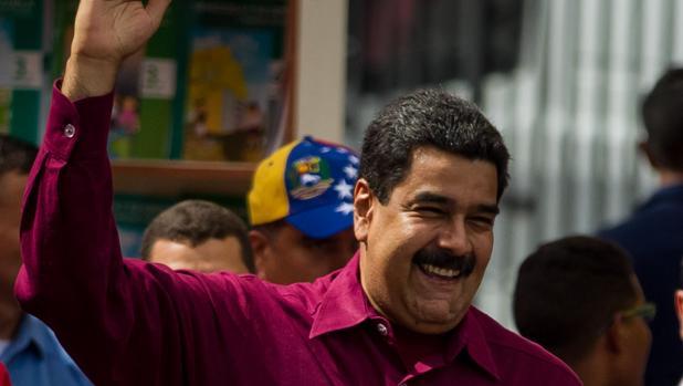El presidente de Venezuela, Nicolás Maduro (c), saluda a seguidores durante un acto de gobierno