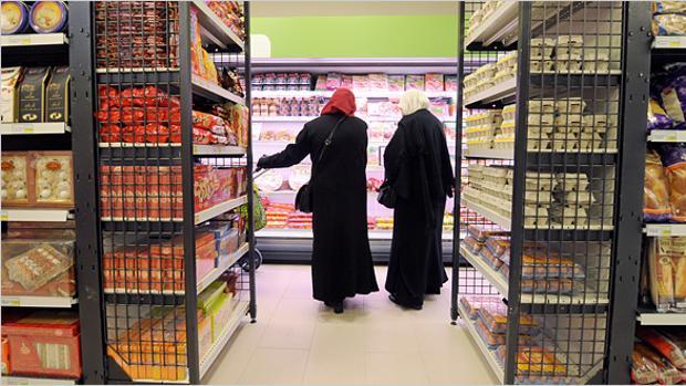 Dos musulmanas en un supermercado «halal» del barrio parisino de Nanterre