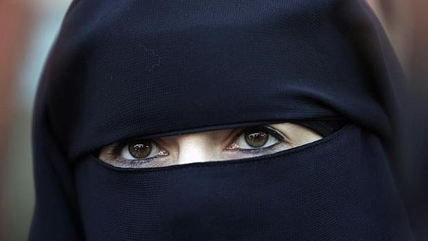 Multa de 30.000 euros a una mujer en Italia por entrar con un niqab al ayuntamiento