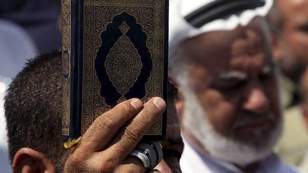 Un partidario de Hamás sostiene un ejemplar del Corán