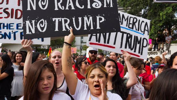 Un grupo de personas se manifiesta contra la elección de Donald Trump en Los Ángeles