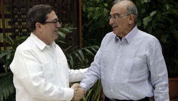 El jefe negociador del Gobierno, Humberto de la Calle (derecha), con el canciller cubano, Bruno Rodríguez, el pasado sábado en La Habana tras el anuncio del nuevo acuerdo de paz con las FARC