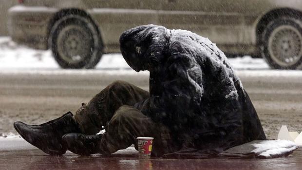 Foto de archivo de un mendigo pidiendo dinero en Canadá
