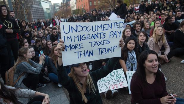 Estudiantes de la Universidad George Washington protestan contra la política migratoria de Donald Trump frente a la Casa Blanca, este martes en Washington