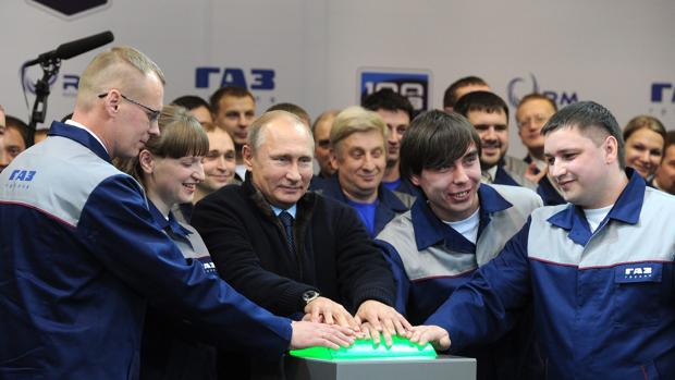 Putin, rodeado de trabajadores en una reciente visita a una fábrica en Yaroslavl