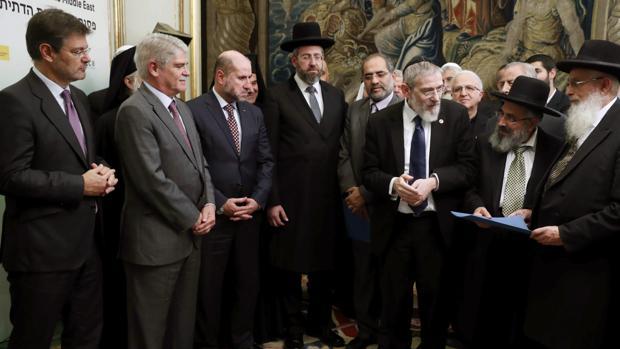 Los ministros de Justicia, Rafael Catalá (i), y Asuntos Exteriores, Alfonso Dastis (2i), reciben a los líderes religiosos participantes en la cumbre por la paz en Oriente Medio que se celebra en Alicante