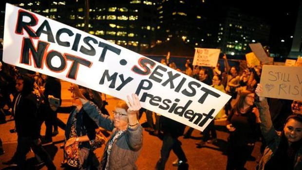 Imagen de una manifestación en Denver, Colorado, contra Trump tras haber sido este elegido presidente