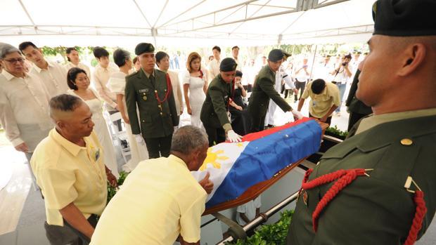 Entierro del exdictador filipino Ferdinand Marcos en el cementerio de los héroes de Manila, este viernes en presencia entre otros de miembros de su familia