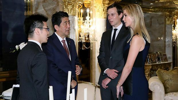 Ivanka Trump y Jared Kushner (d) recibieron al primer ministro japonés Shinzo Abe (segundo a la izquierda), este jueves en Nueva York