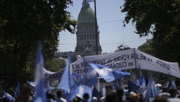 Miles de argentinos participan de una concentración en la plaza del Congreso argentino hoy