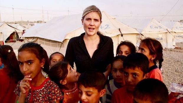 La periodista en unos de sus reportajes denunciando la situación que viven los menores