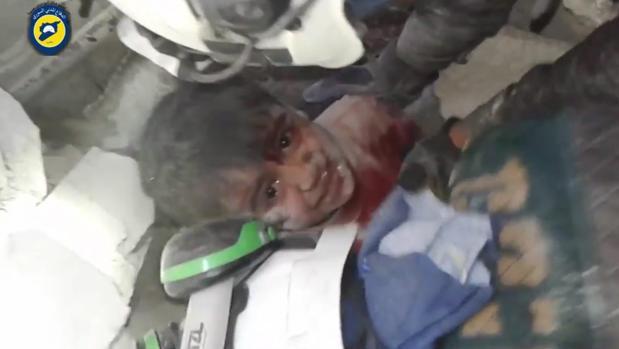 Imagen de un niño atrapado entre los escombros tras el ataque del 17 de noviembre