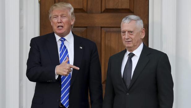 Donald Trump se reunió con el general retirado James Mattis (d), este sábado en Bedminister (New Jersey)