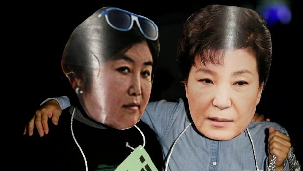 Manifestantes con caretas de la «Rasputina» y la presidenta de Corea del Sur