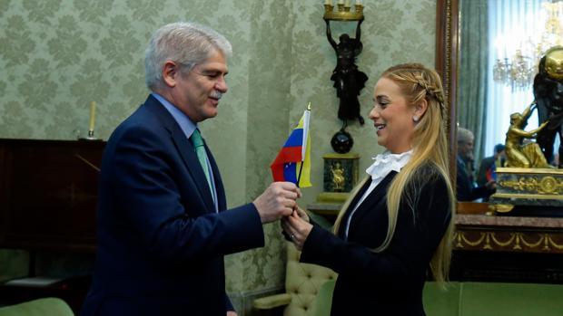 El ministro de Asuntos Exteriores, Alfonso Dastis, recibe a Lilian Tintori