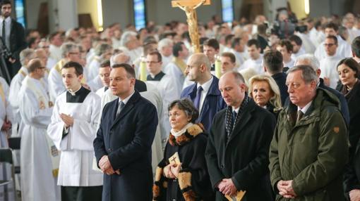 El presidente polaco junto a su madre y otros asistentes a la ceremonia