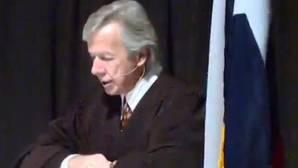 «Si no les gusta Trump márchense del país», espeta un juez de Texas a nuevos ciudadanos de EE.UU.