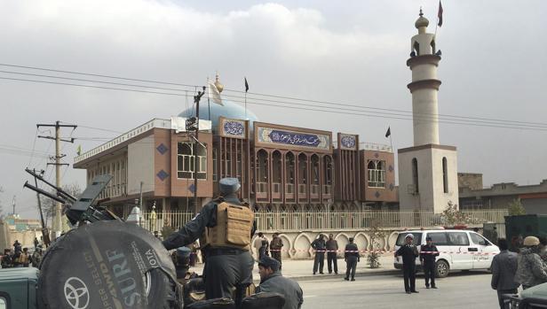 Agentes de seguridad hacen guardia ante la mezquita chií Baqir-ul-Olom, en Kabul, que ha sufrido un atentado este lunes