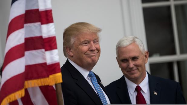 Donald Trump y Mike Pence fueron preguntados por los medios sobre el incidente ocurrido en un musical de Broadway al que acudió el vicepresidente electo, este domingo en Bedminster (New Jersey)
