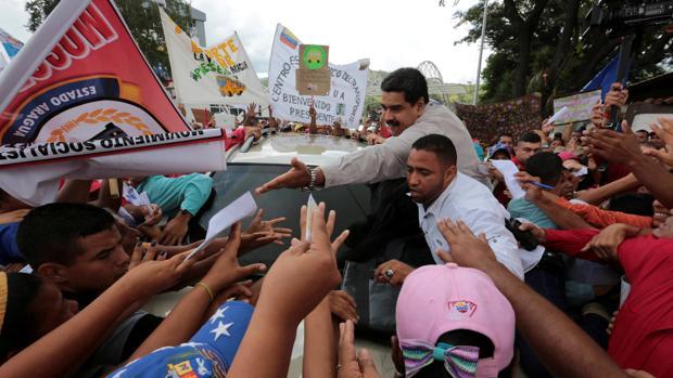 Nicolás Maduro, rodeado de partidarios del régimen venezolano