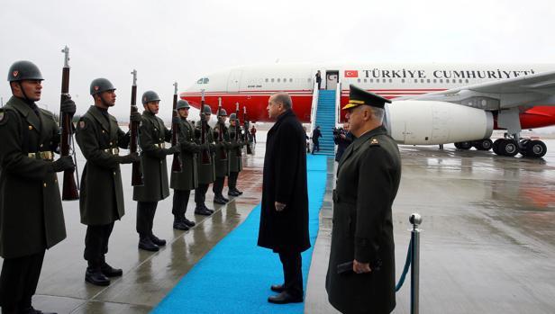 Ertdogan pasa revista a la guardia de honor en el aeropuerto de Ankara