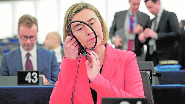 La Alta Representante de Política Exterior, Federica Mogherini, se dispone a intervenir en la Eurocámara