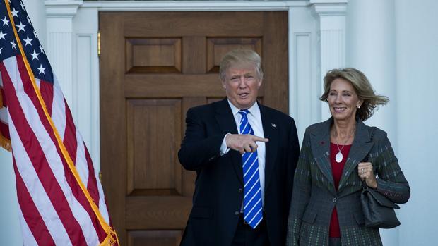 Donald Trump y Betsy DeVos, en una imagen del pasado 19 de noviembre