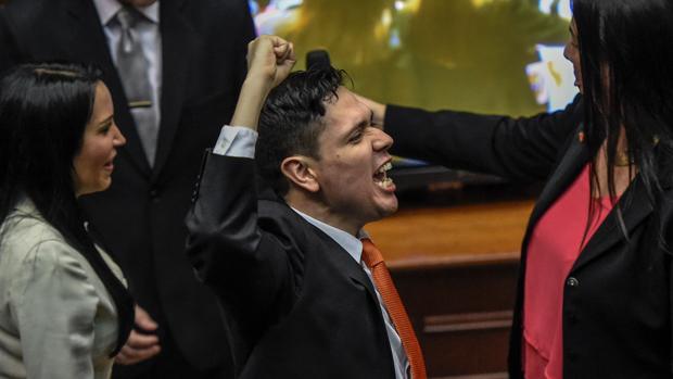 Un diputado opositor gesticula durante la última sesión del Parlamento