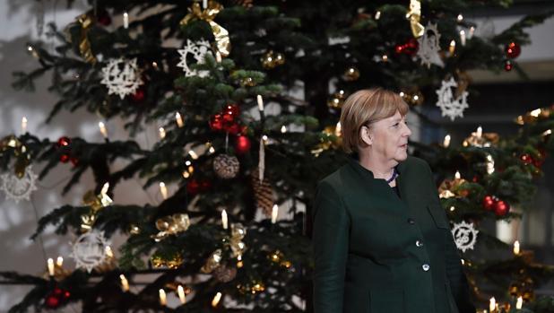 La canciller Merkel, junto a un árbol de Navidad en la Cancillería en Berlín