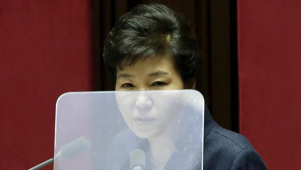 La presidenta surcoreana Park Geun-hye interviene en un pleno del Parlamento, el pasado febrero en Seúl
