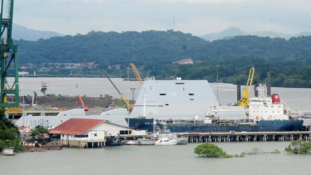 El USS Zumwalt , atracado en el puerto hasta donde fue remolcado tras sufrir una avería en el Canal de Panamá