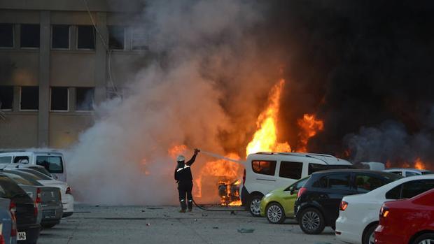 Los bomberos intentan apagar el incendio provocado por la explosión