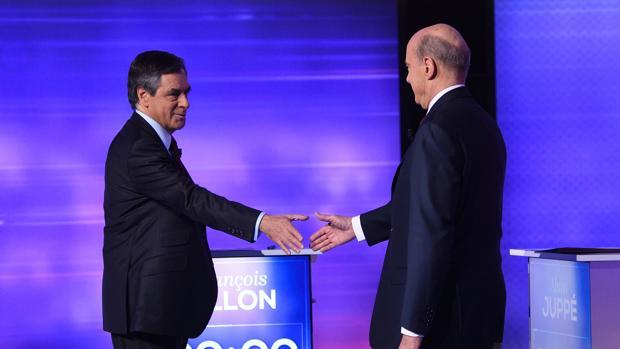 Fillon y Juppé se saludan antes del decisivo debate de la derecha francesa