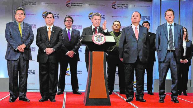 Juan Manuel Santos se dirige a la prensa en Bogotá