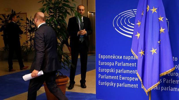 El presidente del Parlamento Europeo Martin Schulz abandona una rueda de prensa en Bruselas