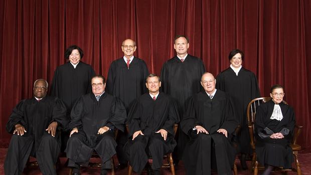 Los nueve jueces del Tribunal Supremo; el tercero por la izquierda, Antonin Scalia, ha fallecido, y su sucesor será nombrado por Trump
