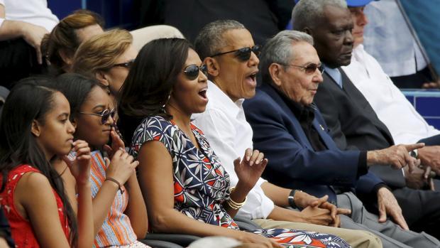 Barack Obama y su familia, junto con el presidente cubano Raul Castro