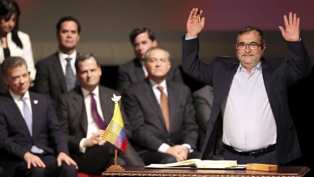 El líder de las FARC, «Timochenko», posa tras firmar ante Juan Manuel Santos el acuerdo de paz de Colombia