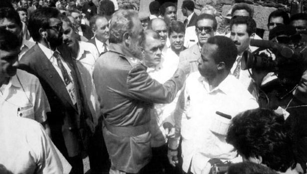 Fidel Castro, durante su visita al pueblo de Láncara en 1992