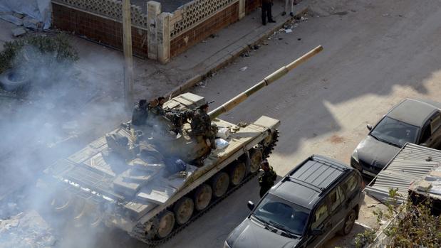Tanques del régimen sirio circulan por las calles del oeste de Alepo el pasado 11 de noviembre