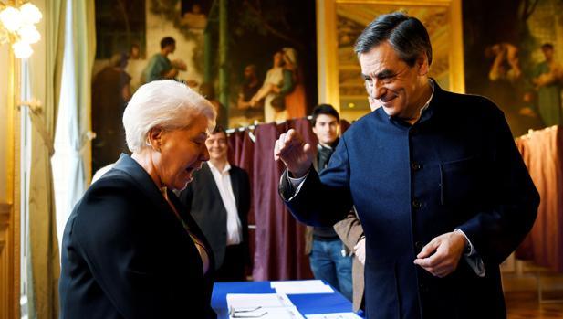 El candidato a liderar la derecha francesa, François Fillon, vota en la segunda vuelta de las primarias de su partido, de las que es favorito
