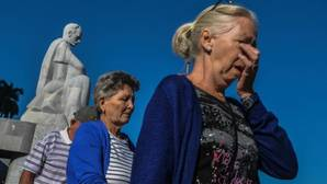 Los cubanos despiden en masa a Castro como manda el régimen