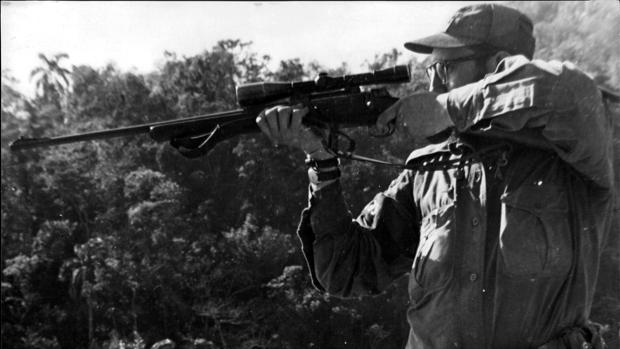 Fidel Castro apunta a un jabalí con su fusil de mira telescópica en Sierra Maestra