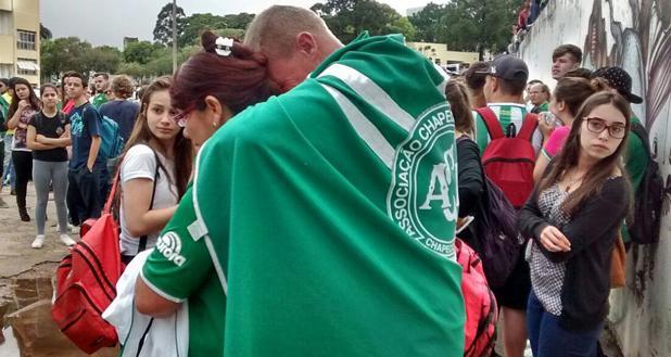 Aficionados del equipo Chapecoense frente a la sede del club, tras conocer la tragedia, este lunes en la ciudad de Chapecó, al sur de Brasil