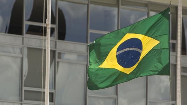 Vista de la bandera de Brasil a media asta, en el Palacio de Planalto, en Brasilia (Brasil)