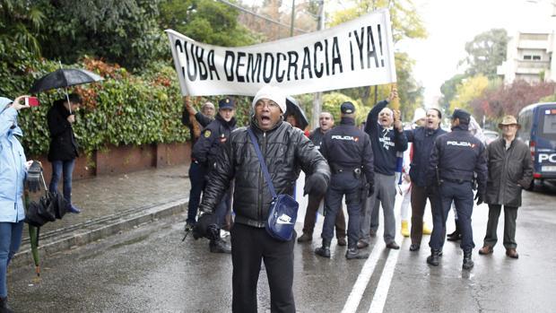 Castristas y disidentes se enfrentaron ante la embajada de Cuba en Madrid durante la concentración de unos y otros con motivo de la muerte de Fidel Castro
