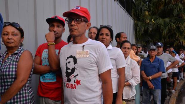 Un grupo de personas hacen fila para rendir tributo al exgobernante cubano Fidel Castro en la Habana