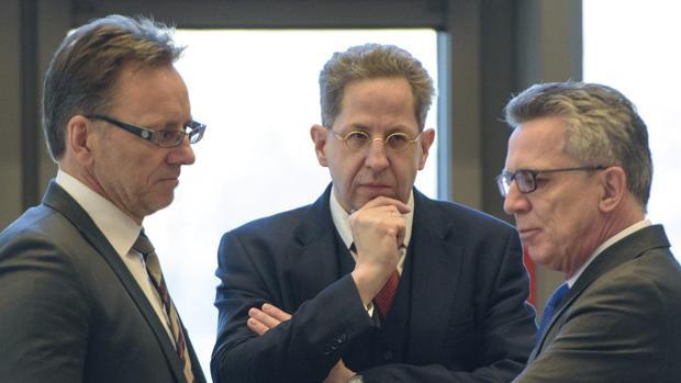 El presidente de la BfV, Hans-Georg Maassen escucha al ministro del Interior, Thomas de Maizière junto con el presidente de la BKA, Holger Münch este miércoles durante la reunión de cargos del Interior celebrada en Saarbrücken